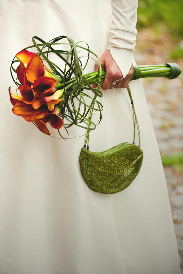 wie gut doch Brautstrauß und Tasche zusammenpassen...